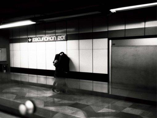 Una pareja se abraza en el metro. Imagen en blanco y negro por Luis Ramone