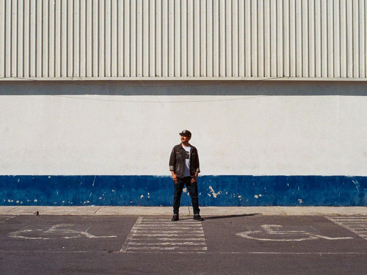 Dorian Martínez, editor de Streetsmx posando en un fondo blanco con azul