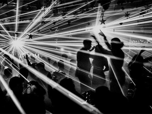 Foto en blanco y negro de una fiesta. Allan Schaller